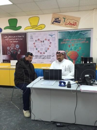 معلم الموهوبين سعد العيد يشرح لأحد أولياء الأمور خطوات التسجيل