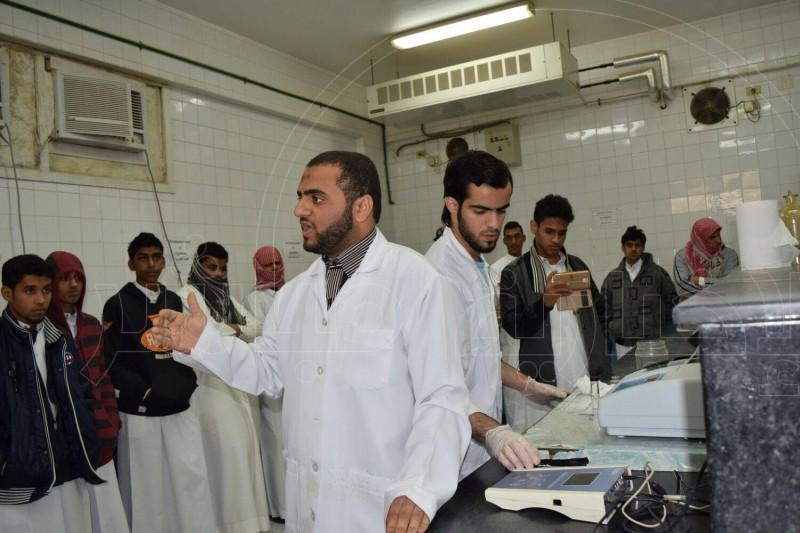 الطلاب في احد المختبرات