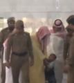 شاهد بالفيديو كيف تفاعل إمام الحرم المكي مع طفل تعلق بعباءته