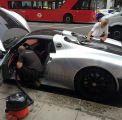 بالفيديو والصور .. سعودي يعطل السير في أحد شوارع لندن بسيارته الفارهة