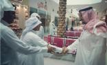 بالصور.. جلوي بن عبدالعزيز يتجول بأسواق نجران منفرداً ويتبادل الحديث مع الباعة والمتسوقين