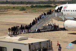 في صفقة تبادل الاسرى …  أول دفعة تصعد الطائرة في سيئون