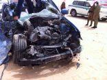 """بالصور .. حادث مروع بين """"  بي ام  دبليو """" و شاحنة يسفر عن إصابة خطيرة لمواطن"""