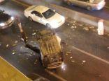 بالصور .. إنقلاب مركبة يربك حركة المرور في نفق مدينة المبرز