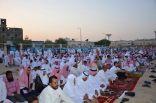 بالصور .. أهالي مدينة العيون يؤدون صلاة العيد ويتبادلون التهاني