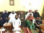 بالصور .. فريق نادي الحي يطمئن على صحة الشيخ عبدالله الثواب