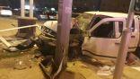 """بالصور .. إرتطام الـ """" نيسان """" بعمود إنارة وإصابة السائق"""