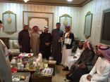 """بالصور .. منسوبو نادي الحي بمدرسة الأمير محمد بن جلوي يزورون رجل الأمن """" العيد """""""