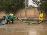 بالصور .. أمانة الرياض تواصل جهودها في معالجة تجمعات مياه الأمطار في أحياء العاصمة